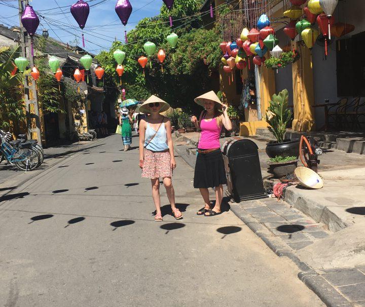 Vietnam, Asien, Südostasien, Citytour, Bummel, Rundreise, Kleingruppe, junge Leute, Backpacker, Hoi An, Lampions, Spitzhut, Sonnenbrille, Sonne, Abenteuer