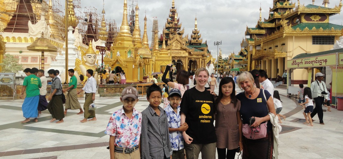 Annette-Hlawatsch-vor-der-Shwedagon-Pagode-in-Myanmar