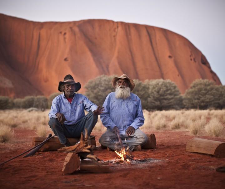 aboriginies am lagerfeuer ayers rock australien