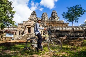 fahrradfairer-vor-angkor-wat-kambodscha