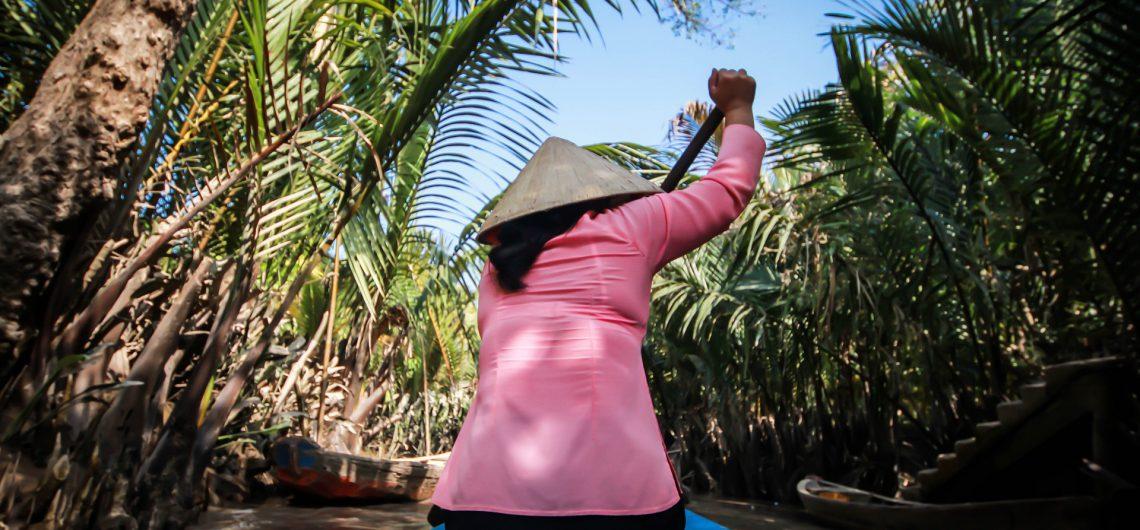 frau-in-ruderboot-mekong-fluss-vietnam