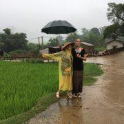 Vietnam, Asien, Südostasien, wandern, Kleingruppe, Rundreise, junge Leute, Natur, Reisfelder, grün, gute Laune, lächeln, Regen, Idylle, Minderheiten, Einheimische, Dorfleben